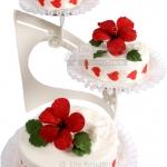 Hochzeitstorte Weiss Mit Roten Blumen 3stoeckig IMG 6884 WEB